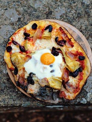 Egg, prosciutto, artichokes, olives, mozzarella, tomato sauce and basil pizza topping