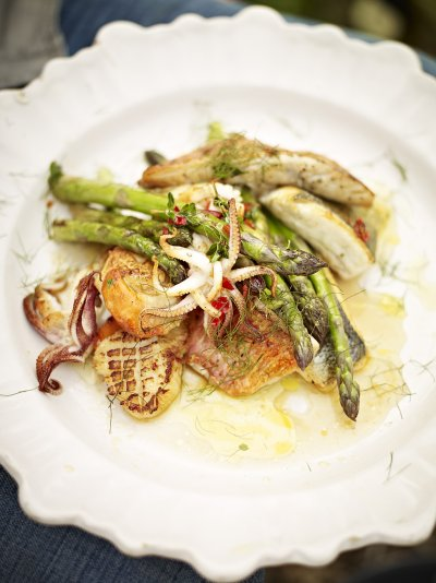 Pan-cooked asparagus and mixed fish